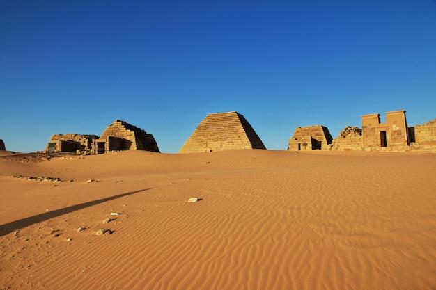 Древние пирамиды мероэ в пустыне сахара, судан
