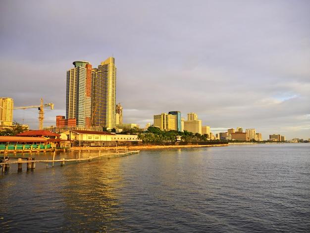 フィリピン、マニラ市の高層ビル