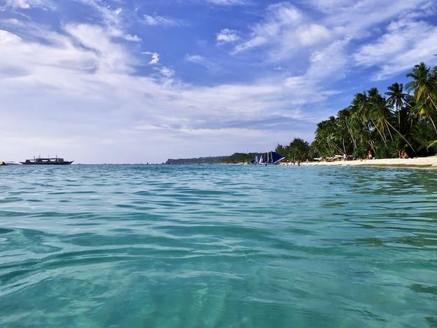 Пляж на острове боракай на филиппинах