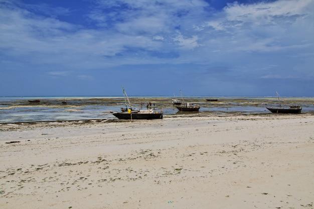 タンザニアのザンジバルのヌングイビーチでのボート