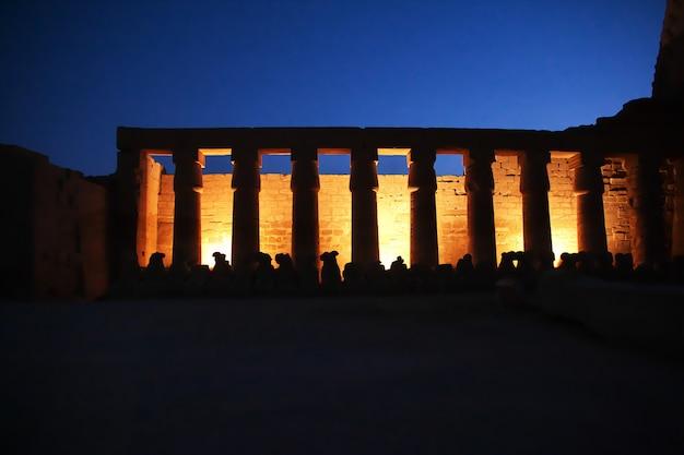 エジプトルクソールの古代寺院の夜