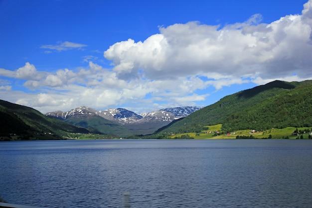 ノルウェーの湖の眺め
