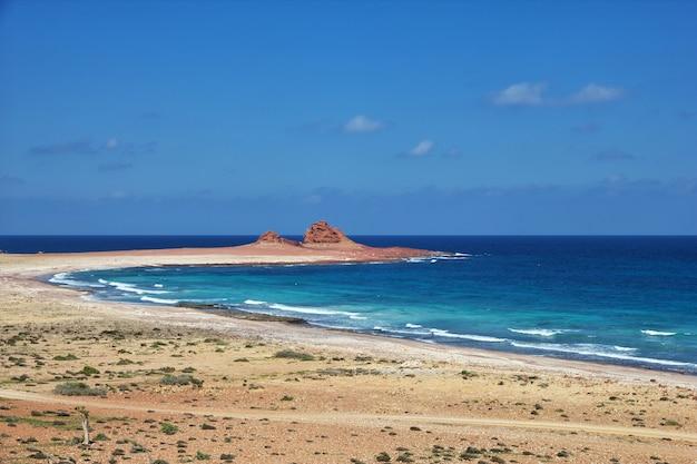 Пляж на острове сокотра, индийский океан, йемен