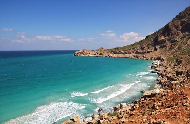 Скалистый пляж в йемене