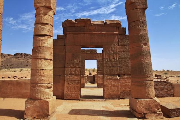 Руины древнего египетского храма в пустыне судана, нубия