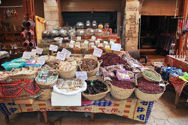 ルクソール市内の地元市場