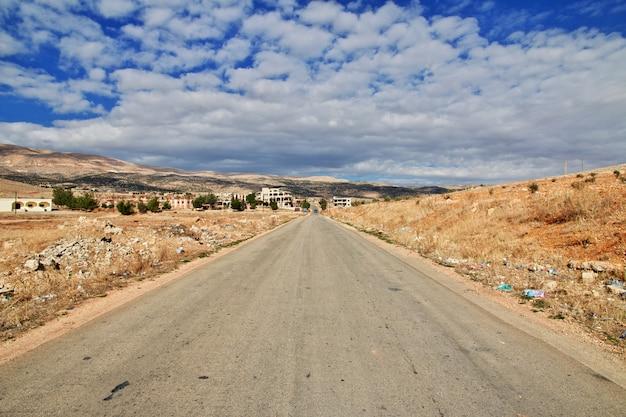 レバノンのベカー渓谷の道