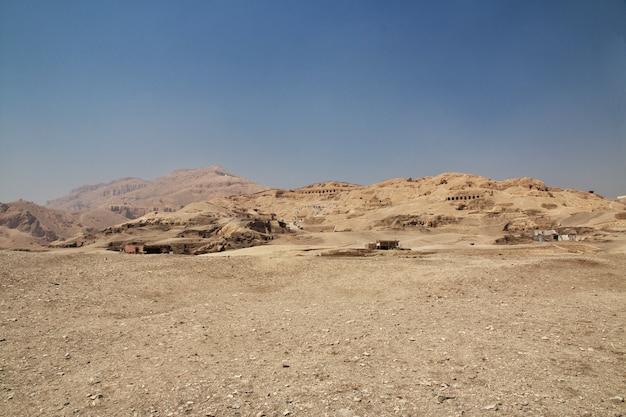 エジプトルクソールの職人の古代のネクロポリスの谷