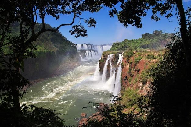 イグアスはアルゼンチンとブラジルに落ちます