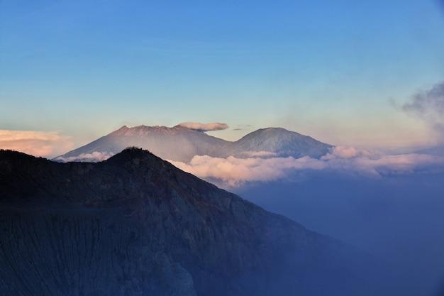 На вершине вулкана иджен, индонезия