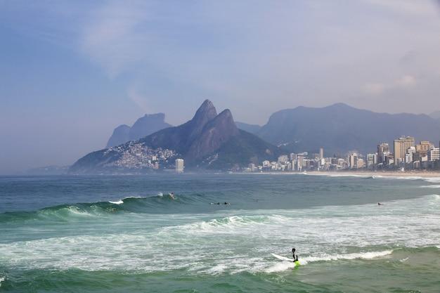 Пляж ипанема в рио-де-жанейро, бразилия