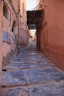 Старинная улица в городе эль аттеуф, пустыня сахара, алжир