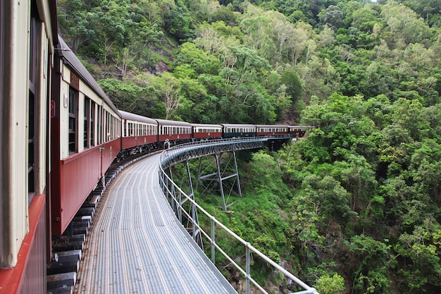 Железная дорога в горах куранда, кернс, австралия