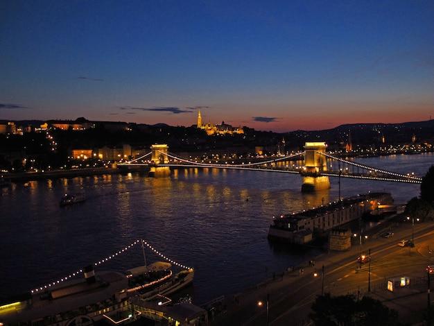 夜、ハンガリーのブダペストの鎖橋の眺め