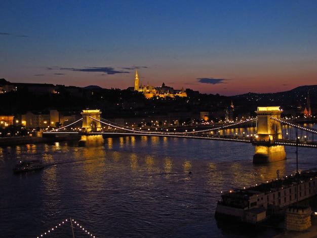 夜のブダペストの鎖橋の眺め