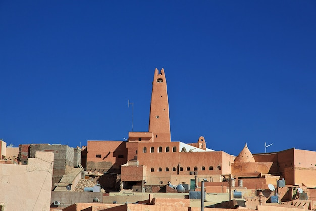 Вид на город гардая в пустыне сахара, алжир
