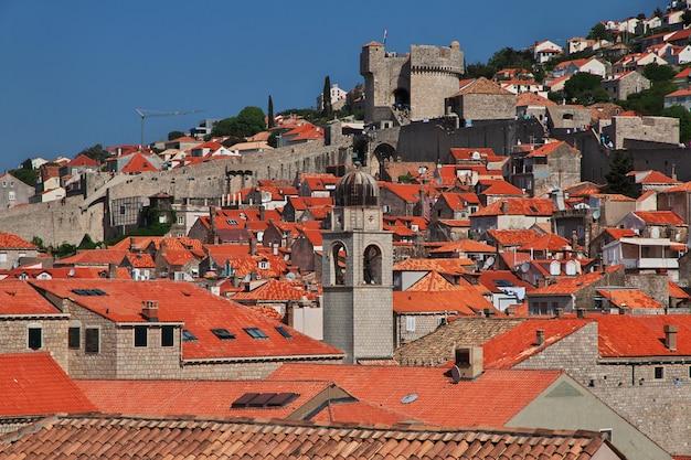 クロアチア、アドリア海のドブロブニク市の赤い屋根