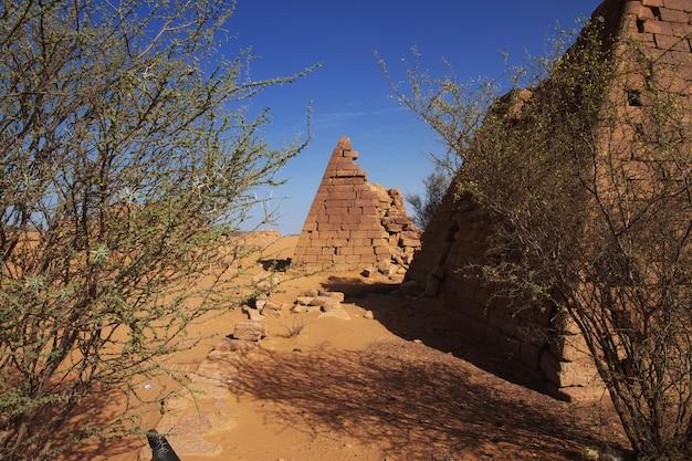 スーダン、サハラ砂漠のメロエの古代のピラミッド