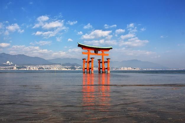 Тории, храм ицукусима, остров миядзима, япония