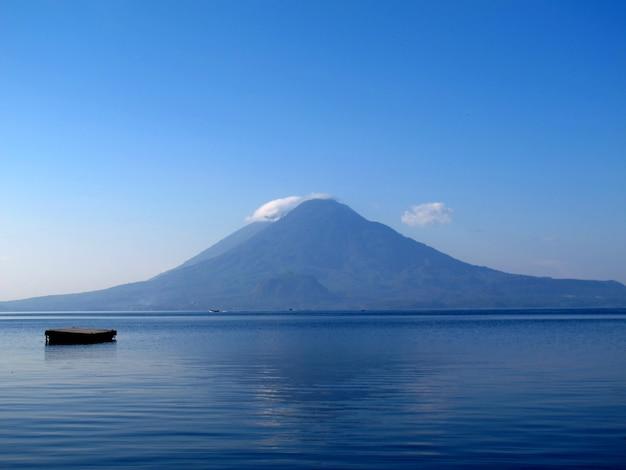 Вулкан на озере атитлан в гватемале
