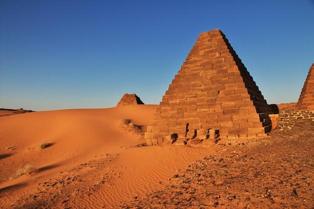 日の出、スーダン、サハラ砂漠のメロエの古代のピラミッド