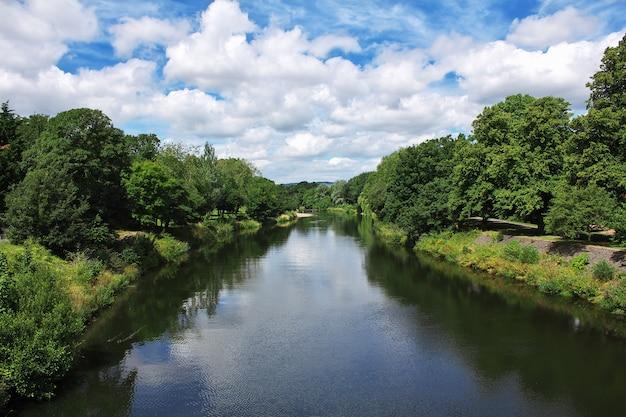 Река в городе кардифф, уэльс, великобритания