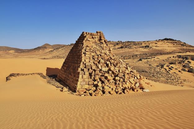 スーダン、サハラ砂漠のメローの古代のピラミッド