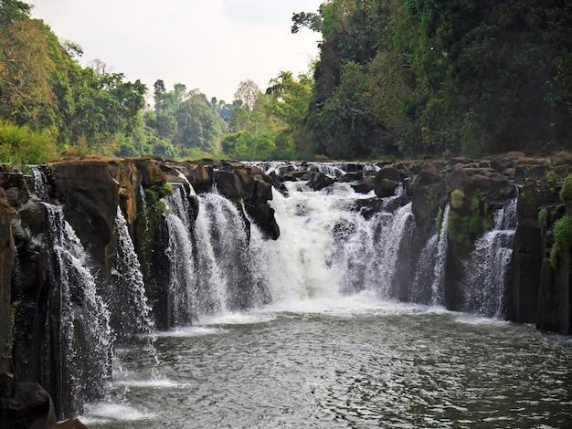 Водопад в джунглях, лаос