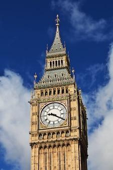 英国ロンドンのビッグベンの時計塔