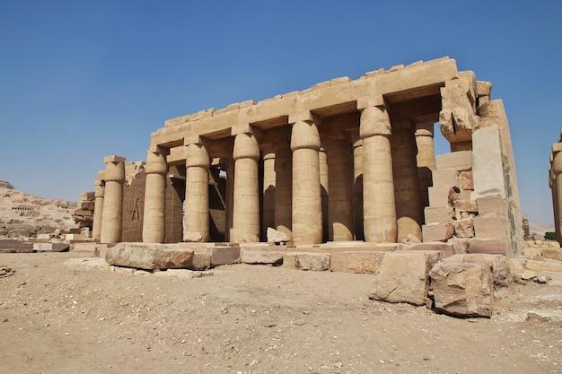 Древний храм рамессеума в луксоре, египет