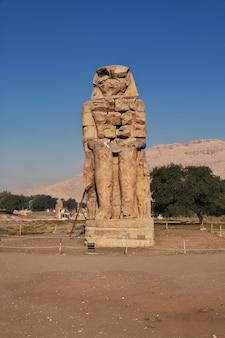 エジプト、ルクソールのメムノンの古代の巨像