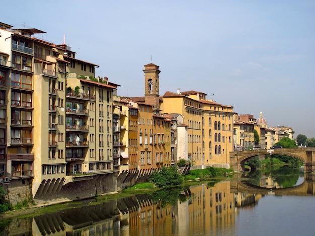 Винтаж набережной во флоренции, италия