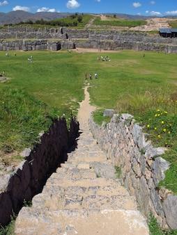 Саксайуаман, руины крепости в куско, империя инков, перу