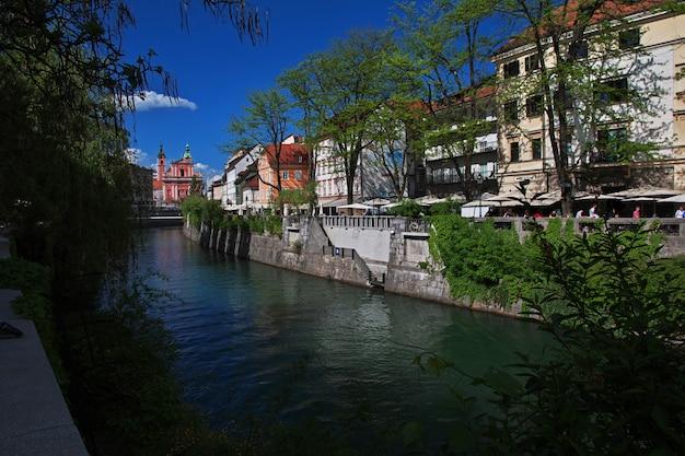 リュブリャナ、スロベニアのリュブリャニツァ川の川の前にヴィンテージの家