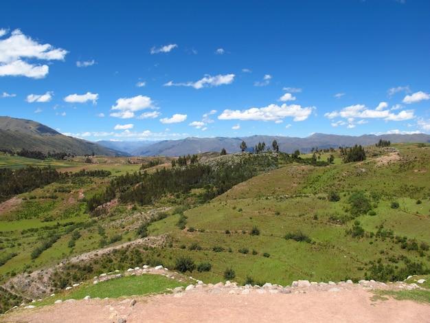 Древние руины крепости в куско, империя инков, перу