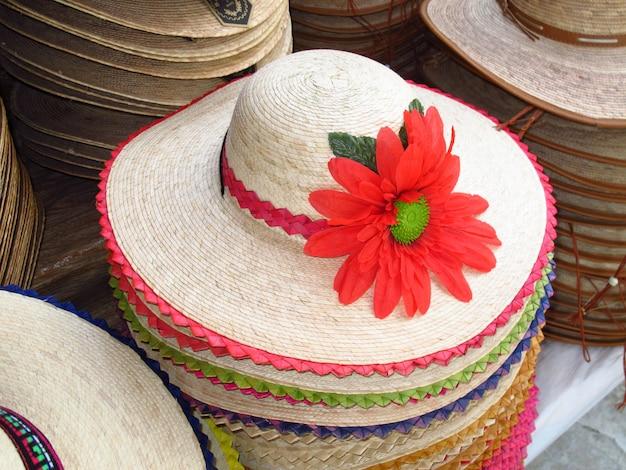メキシコの国の帽子の地元市場