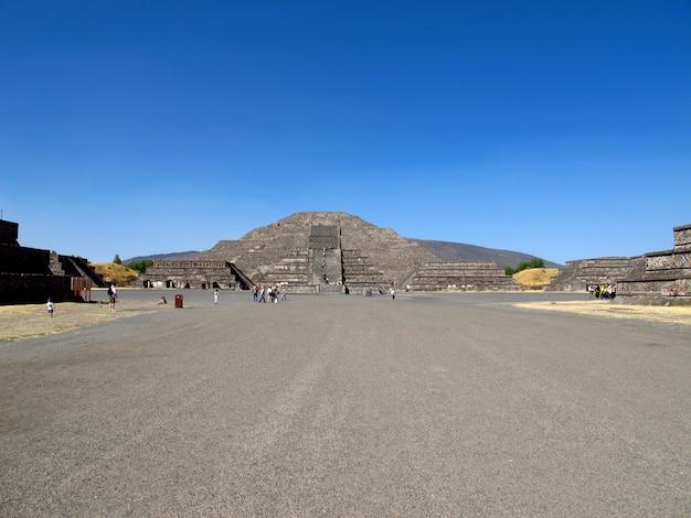 メキシコのテオティワカンのアステカの古代遺跡にある月のピラミッド