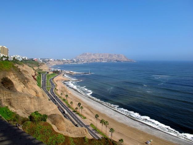 海岸線ミラフローレス、リマ、ペルー、南アメリカから太平洋の景色