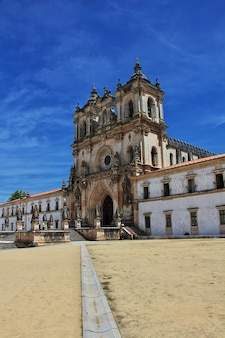 Древний монастырь санта мария алкобака в португалии