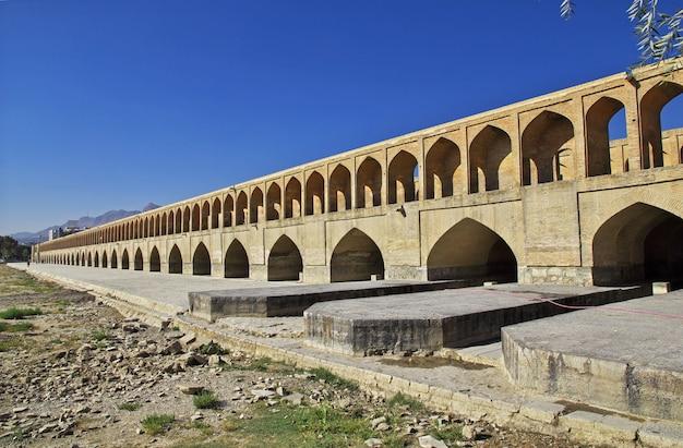 イランイスファハンの乾燥した川に架かる橋