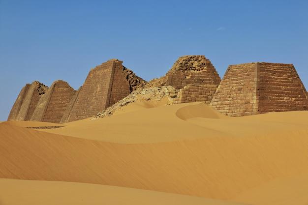 スーダン、サハラ砂漠のメロエの古代ピラミッド