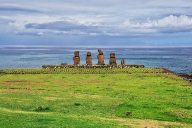 Статуи моаи в аху тахай на острове пасхи в чили