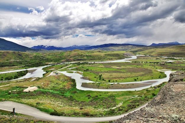Долина с рекой в национальном парке торрес-дель-пайне, патагония, чили