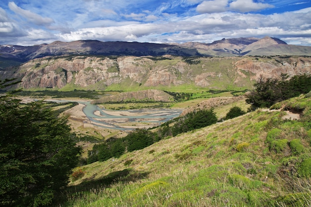 Река рядом фитц рой, эль чалтен, патагония, аргентина