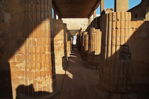 エジプトの砂漠のサッカラの古代ピラミッド