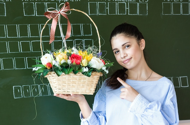 Улыбающийся студент возле доски в классе