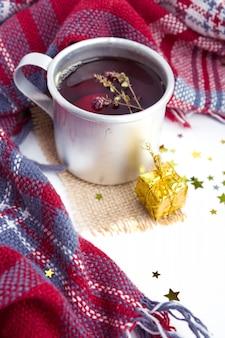 新年の装飾が施されたマグカップにタイム入りのホットクリスマス飲料紅茶。