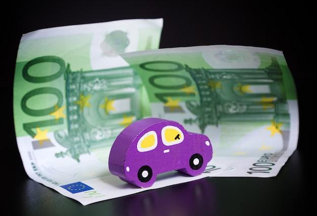 おもちゃの車と黒のユーロ