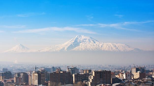 アルメニア。エレバンとアララット山の街の景色。