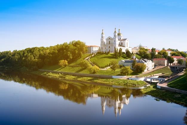 Свято-успенский успенский собор на холме и свято-духов монастырь и река западная двина летом